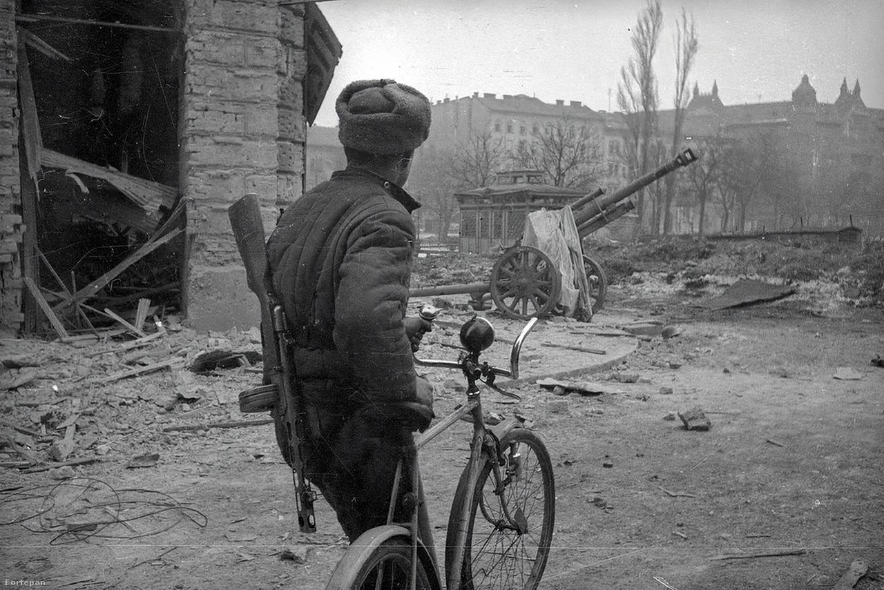 Kálvária tér a Losonci utca sarka felől, Józsefváros.Haldej a háború alatt , Ukrajna német megszállása idején elvesztette apját és annak második házasságából származó mindhárom húgát.