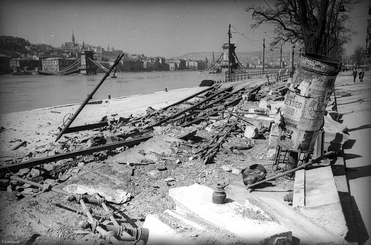 Dunakorzó, Duna-part, a felrobbantott Lánchíddal.A háború után is csinált egy korszakos képet: a győztes Sztálin csokrot kap a Dinamo stadionban. Csak egyet kattinthatott a kazettás géppel. Haldejt a szívbaj kerülgette, hogy elkapta-e a pillanatot. Annyira el, hogy az emberarcú és győzedelmes Sztálin – mellette a másik gyermeket felemelő Molotov külügyminiszterrel – ismét az új korszakába lépő Szovjetunió szimbóluma lett. A gép mellesleg egy amerikai Speed Graphic volt, amit Haldej még Berlinben kapott egy bizonyos Robert Capától.