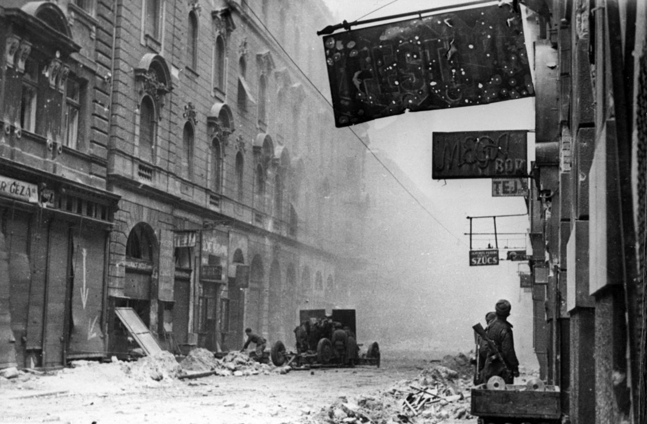 """Ráday utca, Belső-Ferencváros.Övé a Szovjetunió megtámadásának első pillanataként elhíresült fotó is,                          amelyen a moszkvaiak hallgatják az utcán Sztálin rádiós beszédét ország hadba lépéséről. Innentől Haldej a                          haditudósításnak él. Murmanszktól Szevasztopolig járja a frontot, aztán a hadsereggel együtt átvonul Bulgárián,                          Románián, Magyarországon, Ausztrián, egészen Berlinig, aminek a csúcsa az a bizonyos zászlós-karórás beállított                          fotó. """"Kértem, hogy másszon fel a kiszögellésre. Ellőttem az egész tekercset. Végül benne volt minden, a zászló, a katona, Berlin."""""""