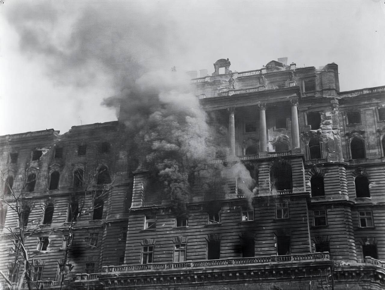 """Királyi Palota a Tabán felől.Aki Haldej nevét nem ismeri, egyetlen képét az is egészen biztosan fel tudja idézni: katona a Reichstagon szovjet zászlóval. A legismertebb ikonikus kép egyben a legvitatottabb is, bár Haldej sosem csinált belőle titkot, hogy nem                          spontán pillanatot kapott el, hanem megkomponálta a jelenetet – mondjuk a szovjet hadsereget nem ő rendelte a                          legyőzött náci Németország romba döntött fővárosába. A zászlót viszont ő vitte, a Reichstag tetejére is az ő kérésére másztak fel. Hiába állította be tökéletesre, felsőbb utasításra így is bele kellett nyúlnia a negatívba: """"Hát nem látja, hogy a katonának két karórája van?! Egy szovjet katona nem lehet fosztogató! Azonnal törölje ki"""" – Haldej végül tűvel kaparta le az órát a hős katona jobb csuklójáról."""