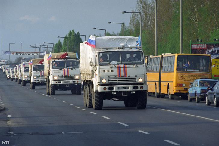 Jugoszláviába tartó orosz-fehérorosz segélyszállítmány halad át 1999. április 12-én Magyarországon, Nyíregyháza-Debrecen-Szeged érintésével a 4-es főút Nyíregyházáról kivezető szakaszán
