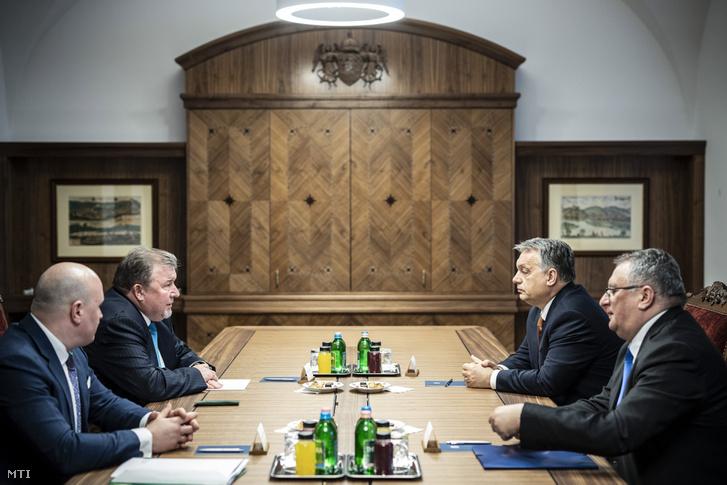 A Nemzetközi Beruházási Bank központjának Budapestre költözése volt a fő téma Orbán Viktor miniszterelnök (j2) és Nyikolaj Koszov, az IIB elnökének (b2) megbeszélésén Budapesten, a Karmelita kolostorban 2019. január 28-án.