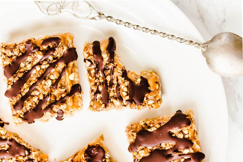 Házi granolaszelet csokival és karamellel: a szuperfinom reggeli