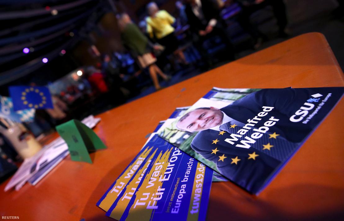 Szórólapok a bajor Keresztényszociális Unió (CSU) hamvazószerdai rendezvényén Passauban 2019. március 6-án. Manfred Weber, az Európai Néppárt, az EPP frakcióvezetője és csúcsjelöltje az európai parlamenti választásokon.