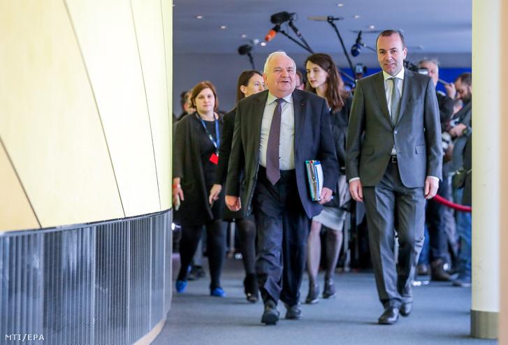 Joseph Daul, az Európai Néppárt (EPP) elnöke és Manfred Weber, a párt európai parlamenti frakcióvezetője az Európai Néppárt politikai közgyűlésére érkezik az Európai Parlament brüsszeli épületében 2019. március 20-án.