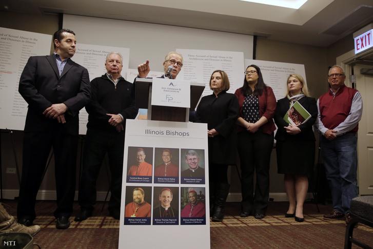 Jeff Anderson ügyvéd (k), Marc Pearlman ügyész (b) és az áldozatok sajtótájékoztatót tartanak Chicagóban 2019. március 20-án. A Jeff Anderson és társai ügyvédi iroda jelentésében 395 katolikus papot és diakónust vádolnak szexuális zaklatással, a 182 oldalas dokumentumban hozta nyilvánosságra a szexuális bűncselekményeket elkövetők nevét és fotóját.