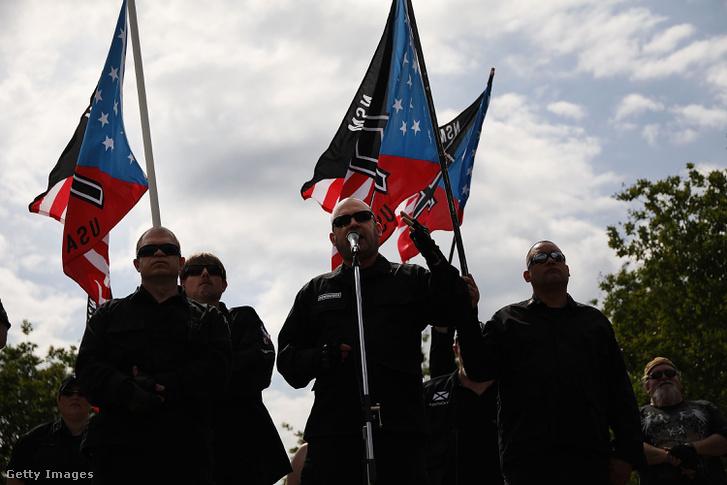 Jeff Schoep mond beszédet 2018. április 21-én a Nemzeti Szocialista Mozgalom rasszizmust éltető gyülekezetén Georgiában.