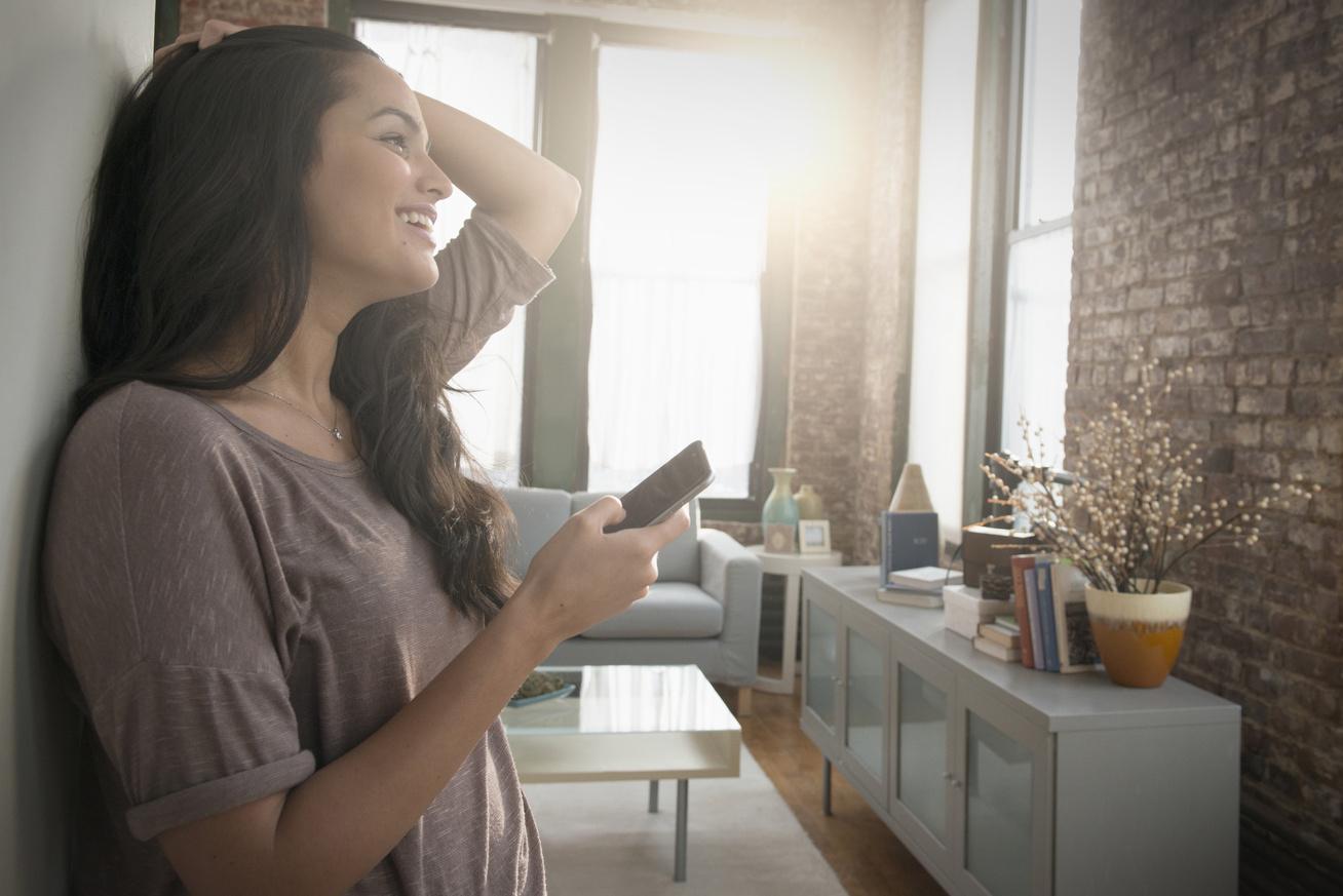 csodálkozik nő telefon