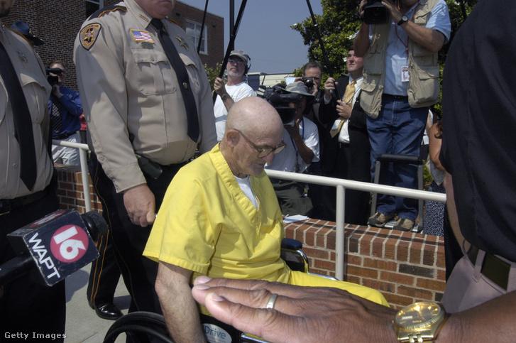 Edgar Ray Killent rendőrök kísérik, miután a bíróság a maximális hatvan év börtönbüntetésre ítélte 2005. június 23-án.