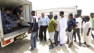 Éheznek a menekültek a líbiai menekülttáborokban