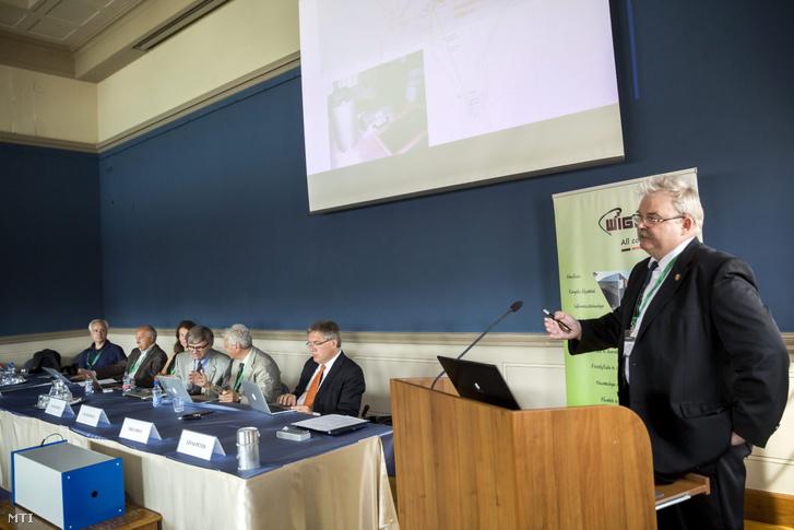 Lévai Péter az MTA Wigner Fizikai Kutatóközpont főigazgatója (j) a Nemzetközi Gravitációshullám-közösség budapesti konferenciája alkalmából tartott sajtótájékoztatón a Magyar Tudományos Akadémia székházában 2015. augusztus 31-én