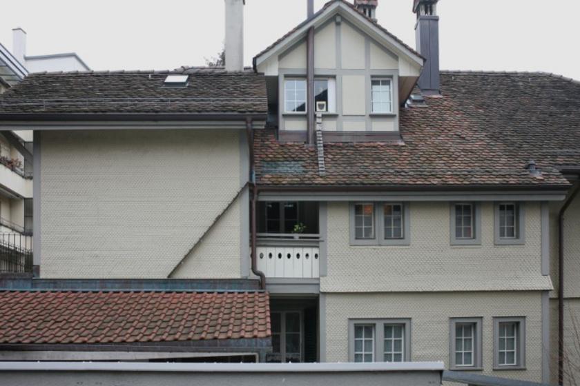 Látszólag teljesen hasztalan a tetőn kitámasztott rámpa és létra.