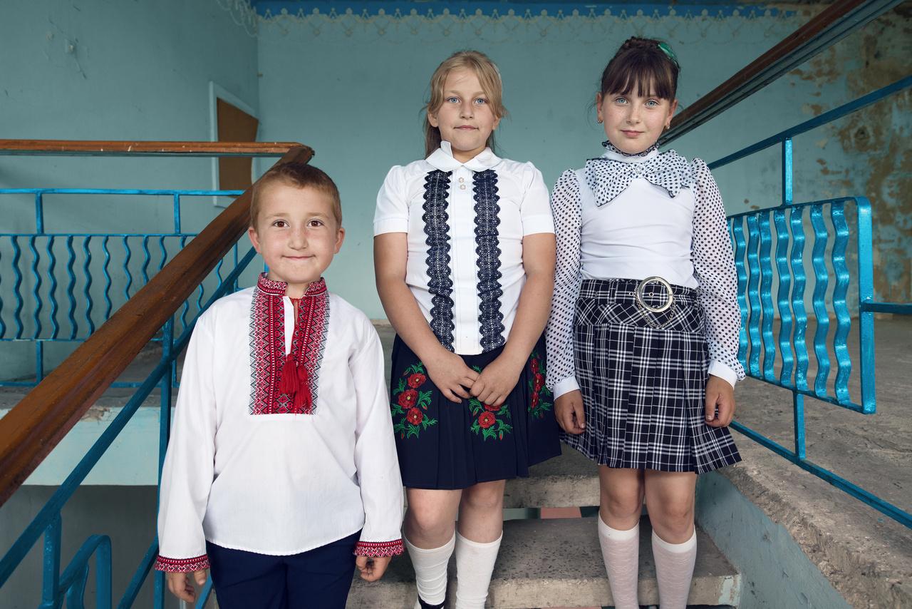 Falusi gyerekek valahol Ukrajnában. Bár az idősek szerint a fiatalokat már nem érdeklik a népdalok, még ma is találni köztük olyanokat, akik szívesen csatlakoznak hozzájuk.