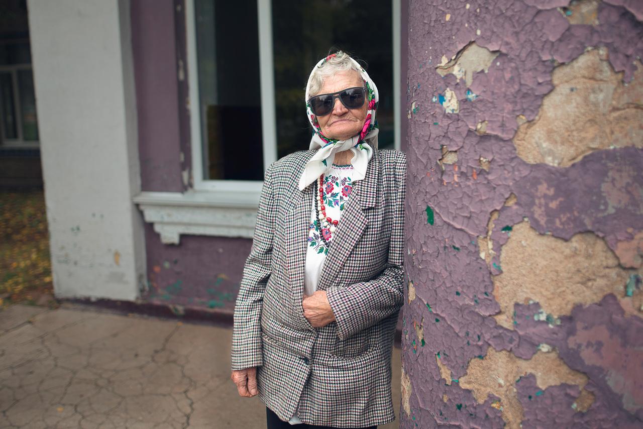 """""""Aznap nem én voltam a leglazább a faluban"""" – kommentálta a fényképezőgép láttán magát pózba vágó, napszemüveges hölgyről készült fotót a magyar folklorista."""