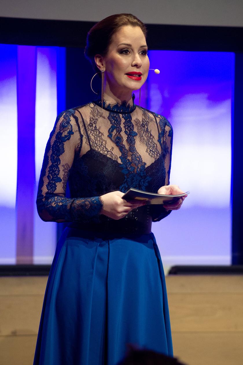Demcsák Zsuzsa gyönyörű volt a kék szoknyában és a színben vele harmonizáló csipkefelsőben.