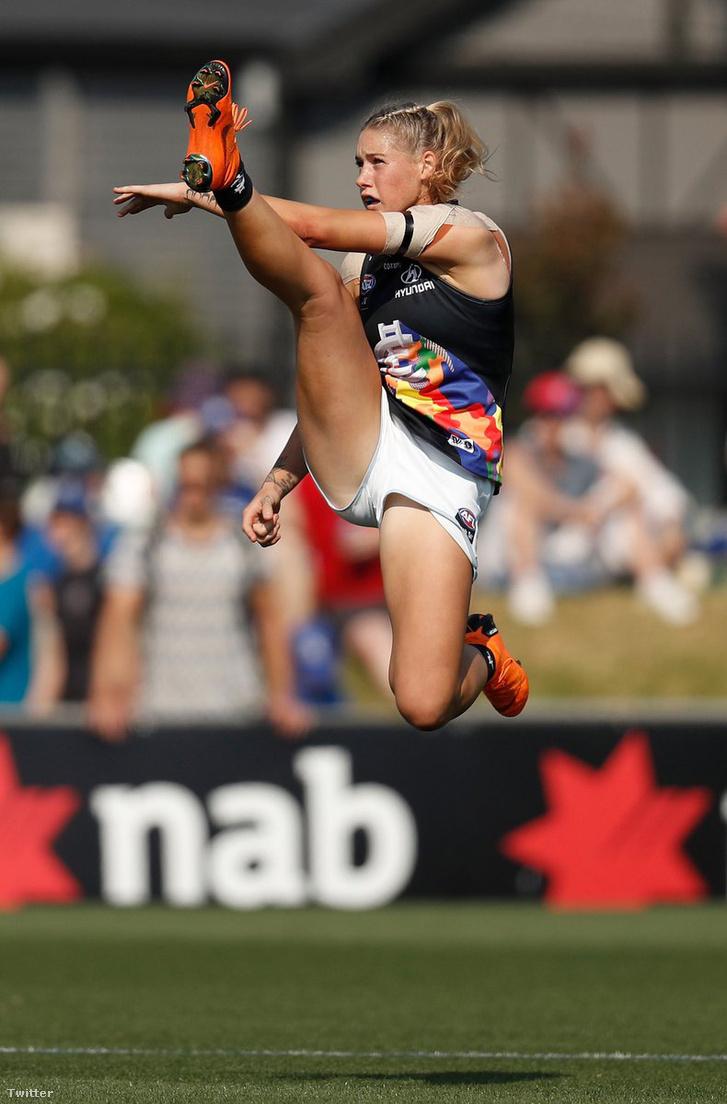 Tayla Harris éppen az első gólt szerzi a Carlton-Western Bulldogs ausztrálfutball-meccsen