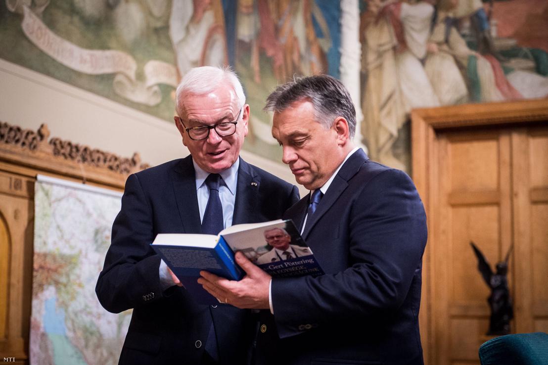 Hans-Gert Pöttering, a Konrad Adenauer Alapítvány elnöke, az Európai Parlament korábbi elnöke (b) és Orbán Viktor miniszterelnök Budapesten, Országház Nándorfehérvári termében 2016. november 22-én