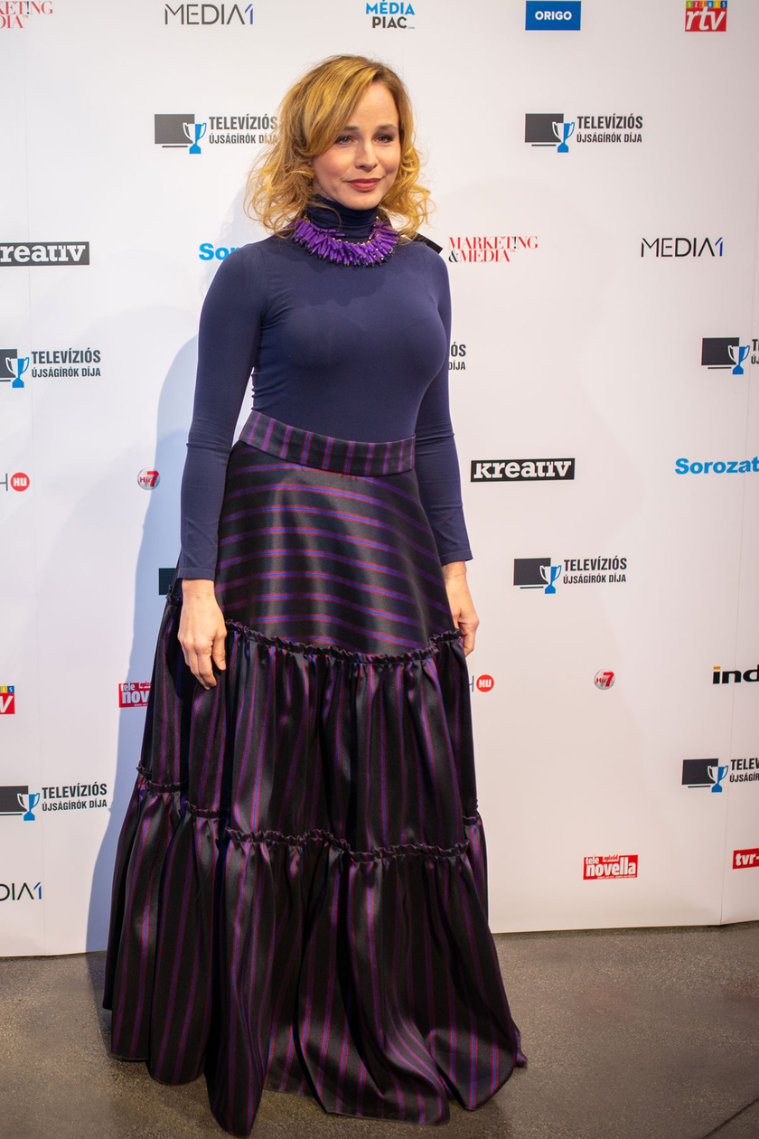 Ónodi Eszter, az Aranyélet Jankája, a legjobb színésznő kategória egyik jelöltje kékben és lilában pompázott.