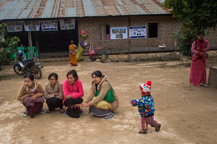 Képünk illuszráció! Az etnikai konfliktusok miatt menekülésre kényszerült mianmari nők Hsipaw-ban, a Shan államban 2019. január 13-án
