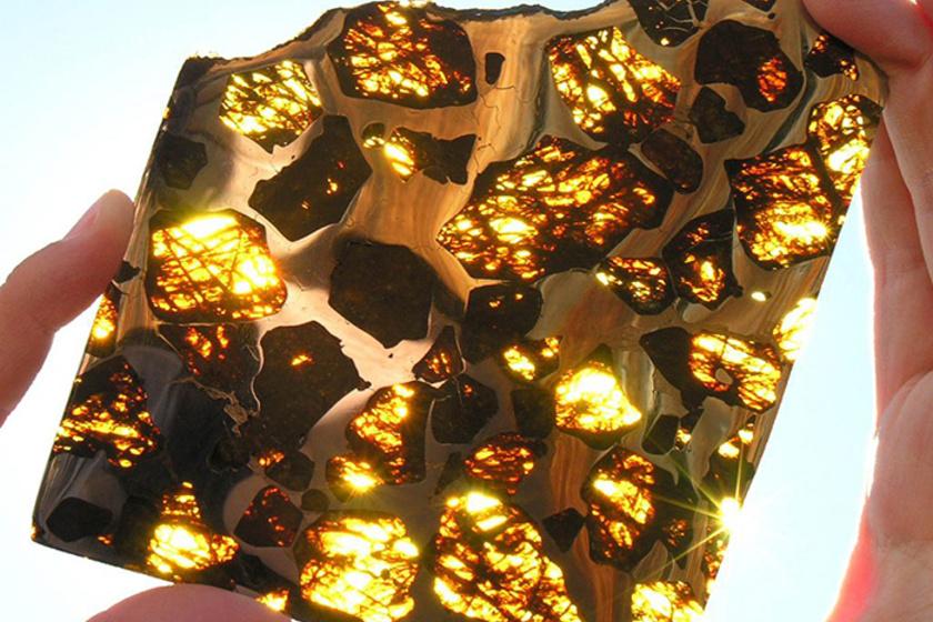 A kínai Fukang hegysége közelében talált meteorit belseje gyönyörű. Az objektum a becslések szerint akár 4,5 milliárd éves is lehet, de ragyogásán kora mit sem tompít.