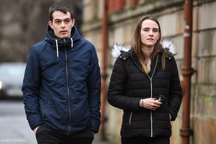 Alesha MacPhail apja és barátnője érkeznek a tárgyalásra 2019. február 12-én.