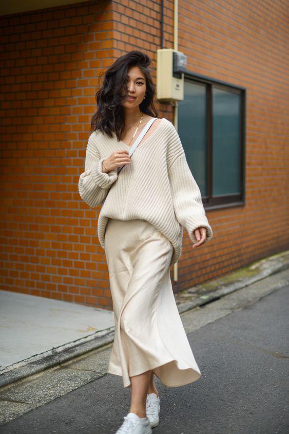 Gyönyörű és elegáns, ha vajszínű szoknyát párosítasz hasonló pulcsival. A lényeg, hogy a felső ne legyen túl hosszú, vagy tűrd be picit, így ugyanis karcsúsítja a derekat.