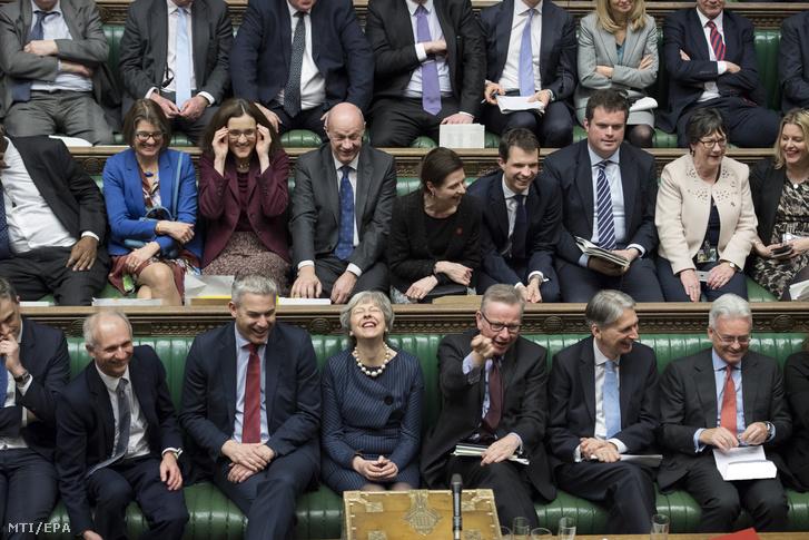 A brit parlament által közreadott videofelvételrõl készült kép Theresa May brit miniszterelnökrõl (elsõ sor középen) a brit EU-tagság megszûnésérõl (Brexit) tartott vitában a londoni parlamentben 2019. március 14-én. A londoni alsóház támogatta a Brexit elhalasztását célzó kormányzati beterjesztést.
