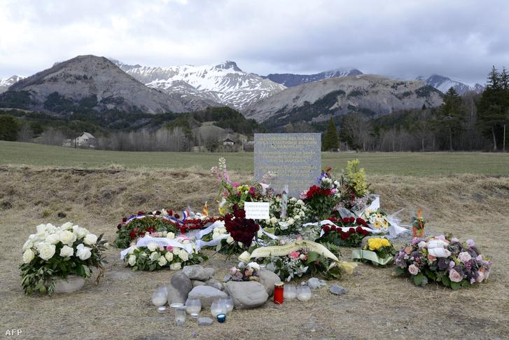 Virágok a Germanwings katasztrófa áldozatainak állított emléktáblánál, Le Vernet faluhoz közel 2015. április 4-én