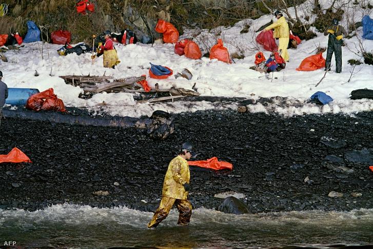 Az olajszennyezés mentési és kárenyhítési munkálatait végző munkások az alaszkai Vilmos-herceg-szoros közelében, 1989. április 2-án