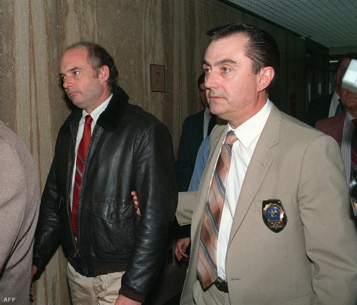 Az Exxon Valdez kapitánya, Joseph Hazelwood (b) rendőri kísérettel a Suffolk megyei bíróságon 1989. április 5-én