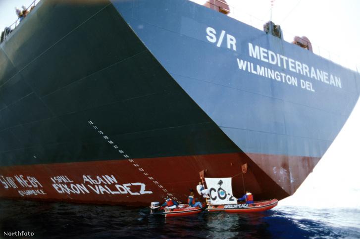"""A Greenpeace aktivistái 1994-ben egyik akciójuk során """"visszanevezték"""" az akkor Mediterranean néven futó hajót"""