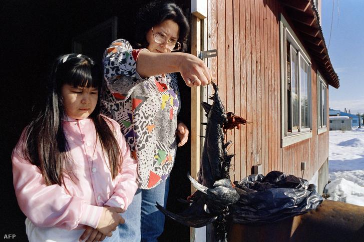 Az alaszkai Tatitlek lakosai egy olajszennyezés miatt elpusztult madár tetemével 1989. március 26-án