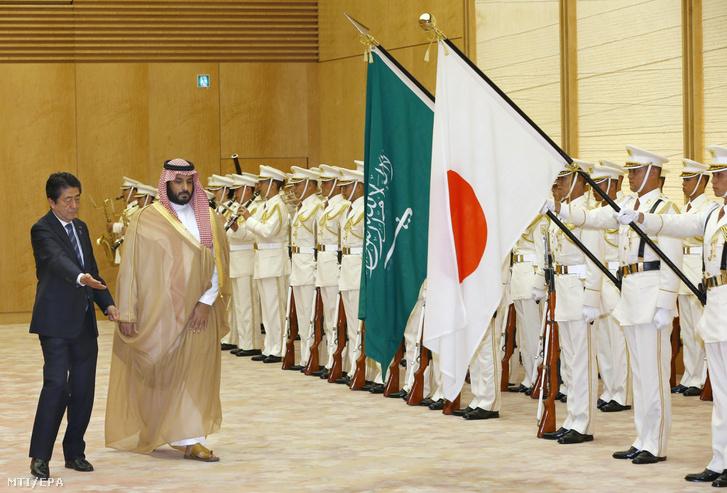 Abe Sindzó japán miniszterelnök (j) üdvözli Mohamed bin Szalmán helyettes szaúdi trónörököst tokiói hivatalában 2016. szeptember elsején.