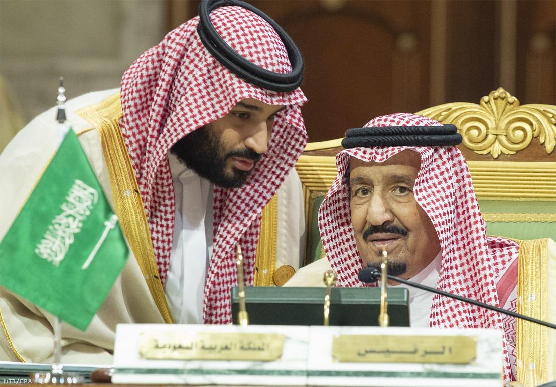 A szaúdi királyi udvar által közreadott kép Szalmán bin Abdel-Azíz szaúd-arábiai királyról (j) és Mohamed bin Szalmán trónörökös hercegrõl az Öböl menti Arab Államok Együttmûködési Tanácsa (GCC) csúcstalálkozóján Rijádban 2018. december 9-én
