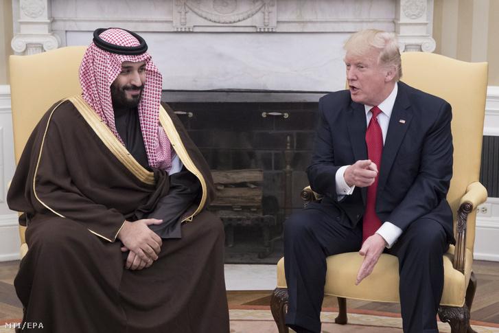 Mohamed bin Szalmán szaúd-arábiai helyettes trónörökös védelmi minisztert (b) fogadja Donald Trump amerikai elnök a washingtoni Fehér Ház Ovális Irodájában 2017. március 14-én