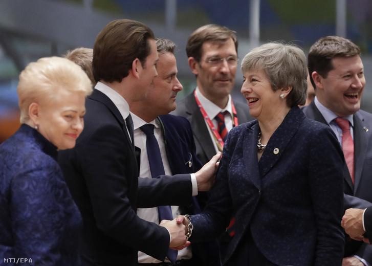 Sebastian Kurz osztrák kancellár (b2) üdvözli Theresa May brit miniszterelnököt az EU-tagországok állam-, és kormányfőinek kétnapos találkozóján Brüsszelben 2019. március 21-én.