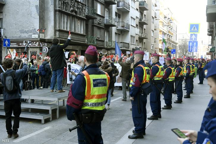 Résztvevők az Akadémiai Dolgozók Fórumának Menet a tudományért címmel meghirdetett tüntetésén Budapesten az Informatikai és Technológiai Minisztérium előtt 2019. március 21-én.
