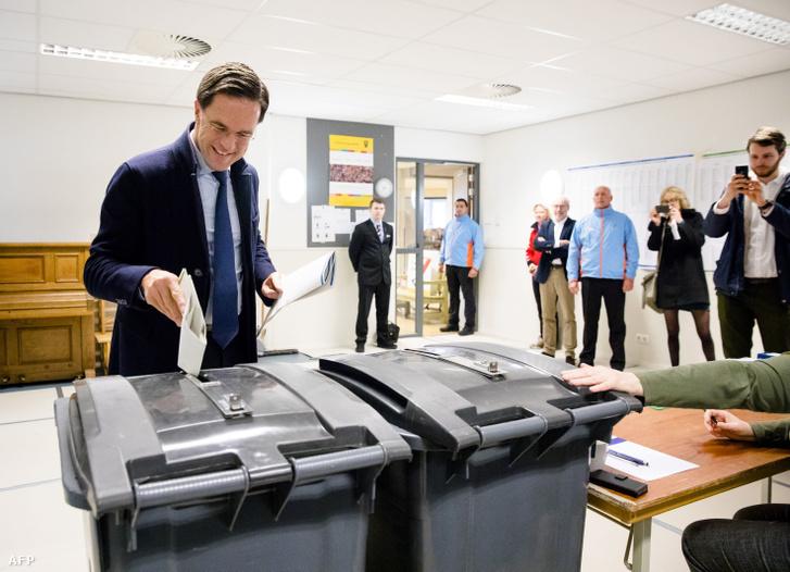 Mark Rutte leadja szavazatát