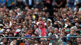 Ezrek gyűltek össze a christchurch-i mecsetnél