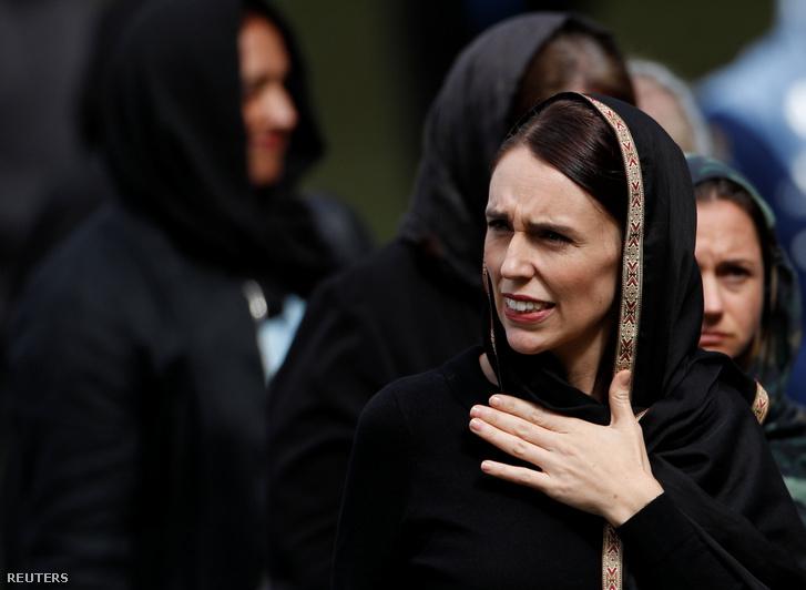 Jacinda Ardern, új-zélandi miniszterelnök érkezik az al-Núr mecsethez 2019. március 22-én