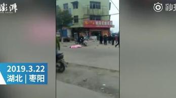 Tömegbe hajtott egy kínai férfi