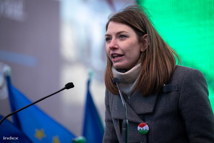 Donáth Anna, a Momentum EP választási listájának második jelöltje tart beszédet az ellenzéki pártok 2019. március 15-i tüntetésén, Budapesten