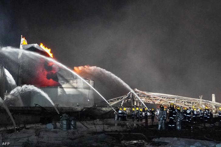 Tűzoltók dolgoznak a Tiencsiaji vegyiipari üzemnél 2019. március 22-én