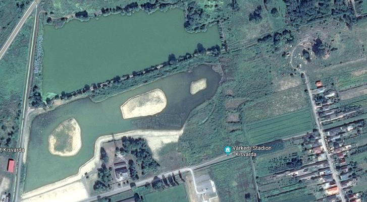 A helyreállított tó 2018-ban. (Forrás: Google Maps) A fák közötti négyszögletes épülettől jobbra épülnek jelenleg az élménypark épületei.