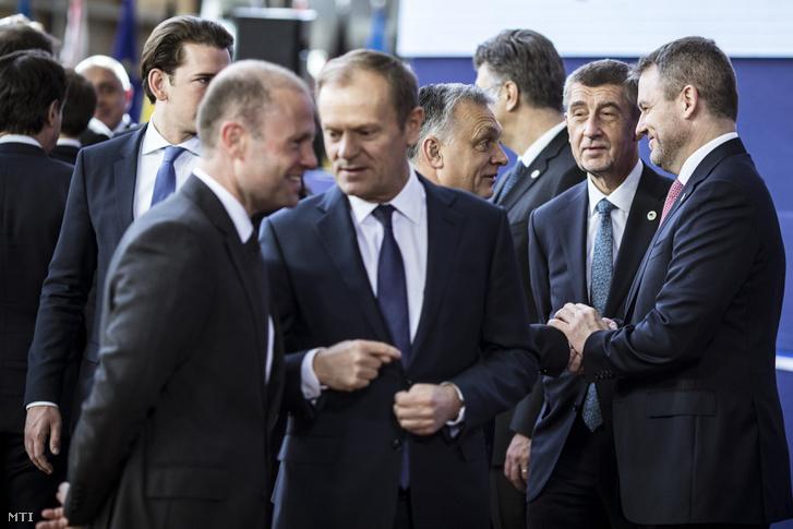 Orbán Viktor miniszterelnök (j3), Andrej Babis cseh (j2) és Peter Pellegrini szlovák miniszterelnök (j) az EU-csúcs második napján, Brüsszelben 2019. március 22-én. Előtérben balra Joseph Muscat máltai miniszterelnök (b) és Donald Tusk, az Európai Tanács elnöke (b2), mögöttük Sebastian Kurz osztrák kancellár.