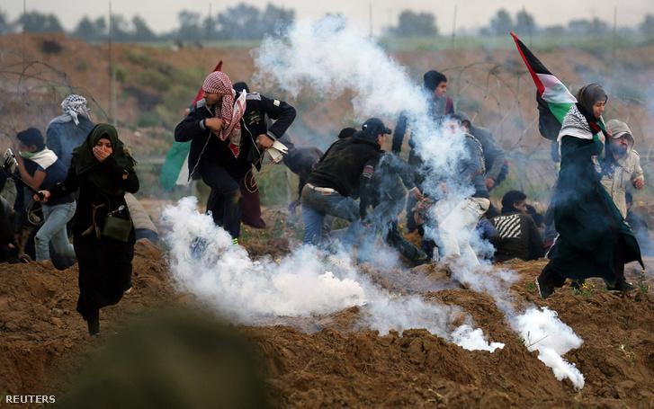 Palestin tüntetőket oszlatnak könnygázzal a gázai övezetben 2019. március 1-jén