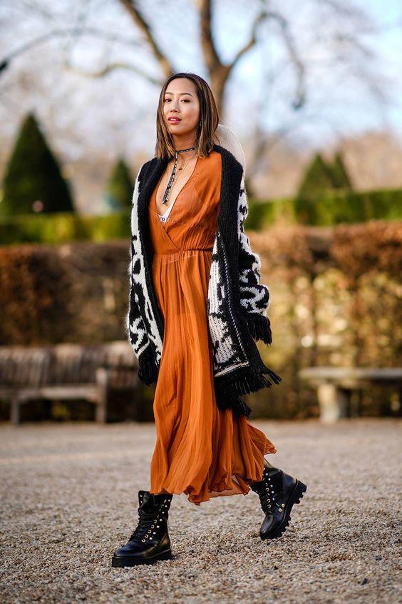 Egy tavaszi maxiruha, egy fekete-fehér kardigán és egy vagány bakancs - csak ennyi kell a lezseren csinos, dögös összeállításhoz.