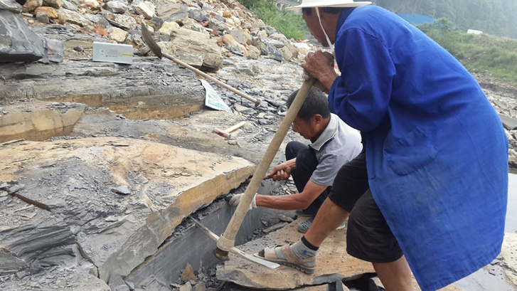 Az ásatás munkásai kőtörés közben