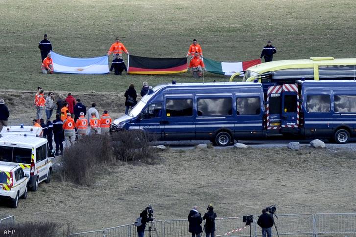 Gyászoló hozzátartozók érkeznek a Germanwings katasztrófa helyszínéhez közel , Le Vernet faluban felállított emléktáblánál tartott szertartásra 2015. október 5-én