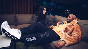 Kim Kardashian és Kanye West limonádés standoknál árulják a legújabb Yeezy cipőket